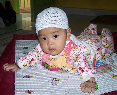 Aqil usia 6 bulan sedang tengkurap