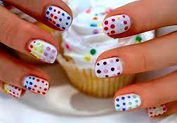 Diseño de uñas bolitas de colores