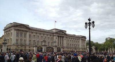 El Cambio de Guardia es una de las tradiciones más antiguas de Londres. Tiene lugar en la parte  delantera del Palacio de Buckingham y se realiza desde el año 1660.