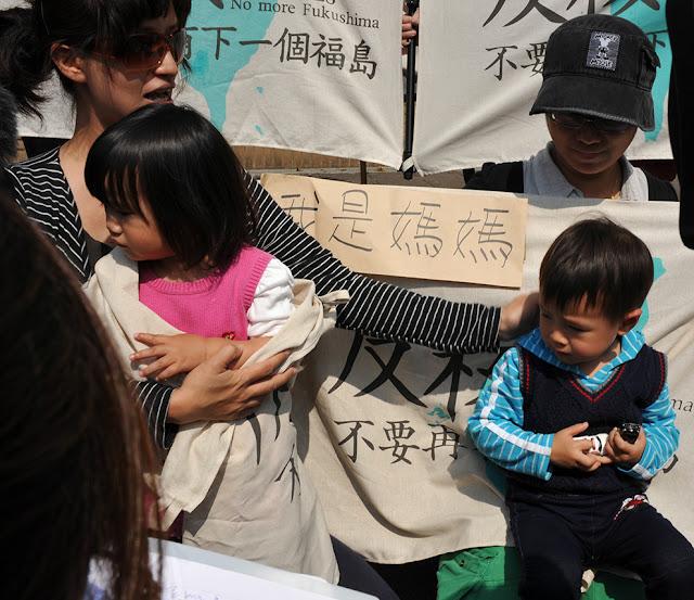 一面一面的反核旗訴說民眾反核心願,沒有一個媽媽願意讓孩子處於核災風險中。(攝影:陳錦桐)