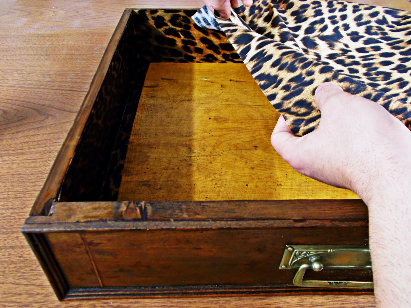 DIY-decoración-cómoda-mueble-restaurar-forrar-cajones-tela-leopardo-11