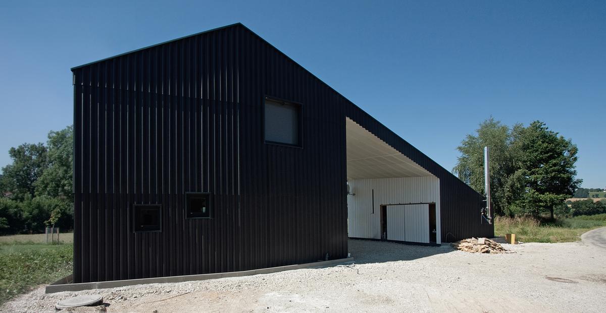 Schwarze Fassade a f a s i a x architekten