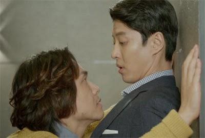 Oh Jung Se as Na Joo Hyun has Kim Shin up against a wall.