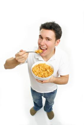 تعرفى على شخصية الرجل من نوع الطعام الذى يفضله - Man eating Cereal