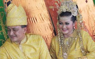 Foto Pernikahan Mayjen Agus Surya dan Bella Saphira