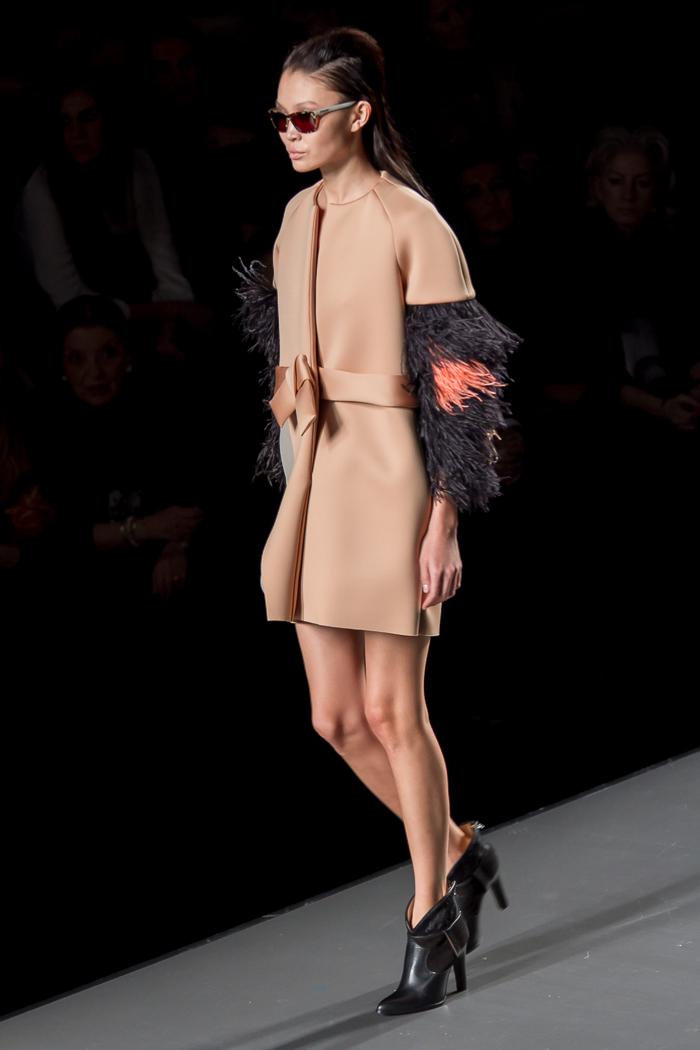 Abrigo lady rosa palo con plumas de avestruz en las mangas y botines cowboy de ANA LOCKING MBFWM