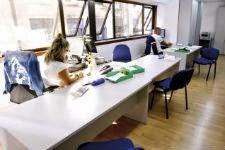 Funcionarios en las oficinas del juzgado de refuerzo de preferentes en Vigo. // José Lores
