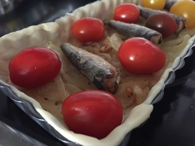 Hojaldre de sardinas y tomates. Colocando sardinas y tomates.