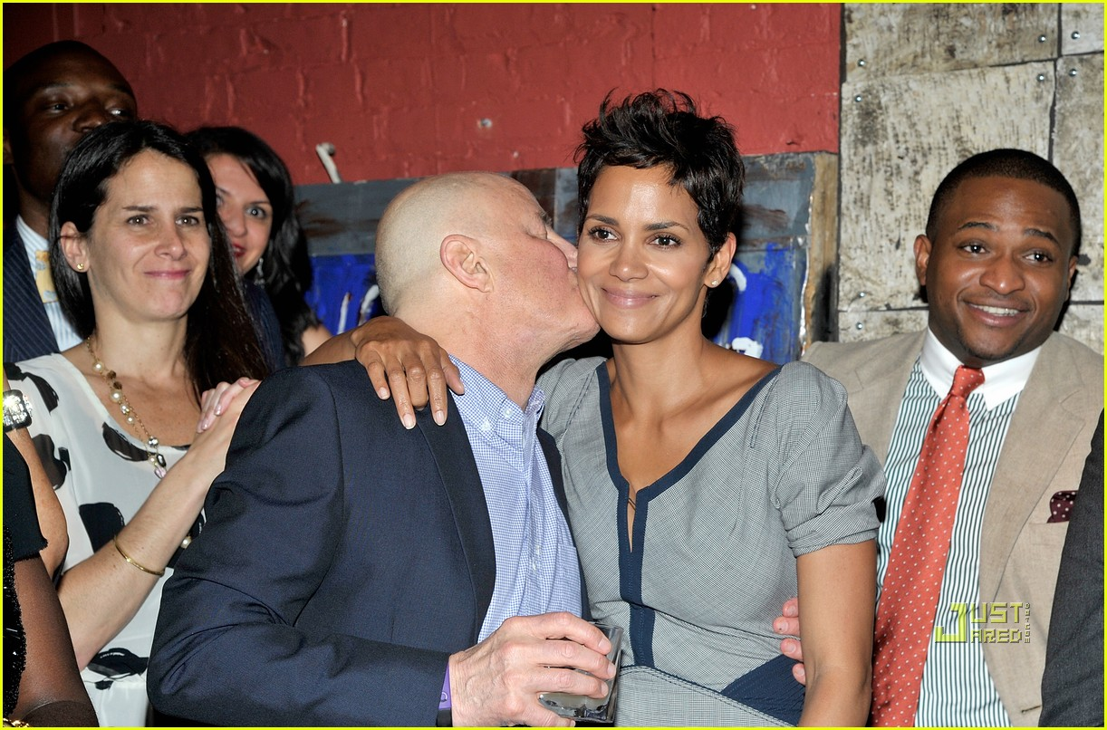 http://2.bp.blogspot.com/-pjeyHaGXhTE/Tf03aRGUE1I/AAAAAAAAJN0/RAzj3a_vmnw/s1600/halle-berry-mayors-fund-benefit-dinner-17.jpg