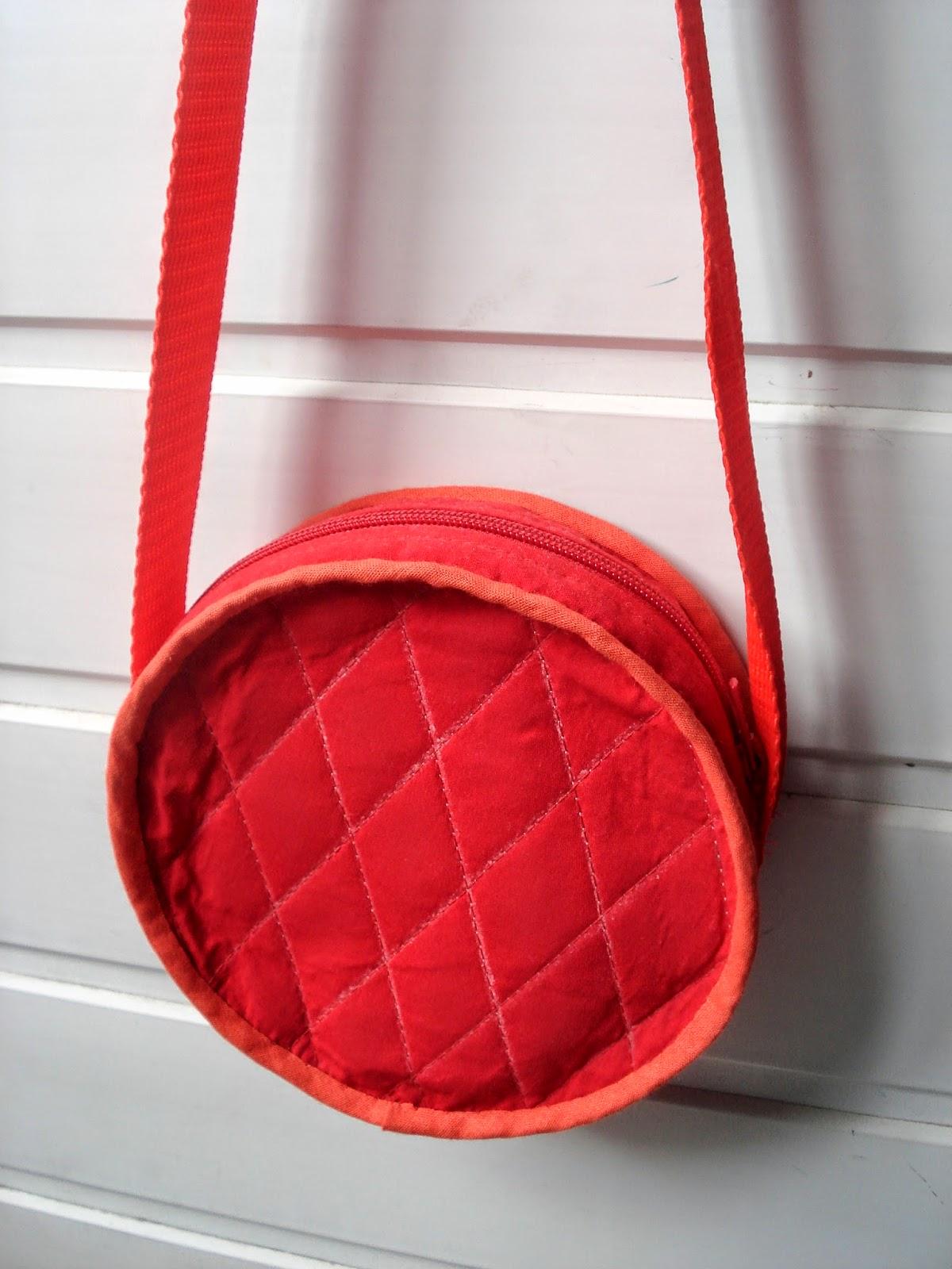 красная круглая сумка
