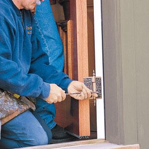 Perbaiki pintu dengan kencangkan engsel