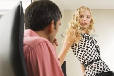 المرأة التى تحاول اغراء الرجال..هى الاقل خصوبة  - signs-woman-trying-seduce-man boss work