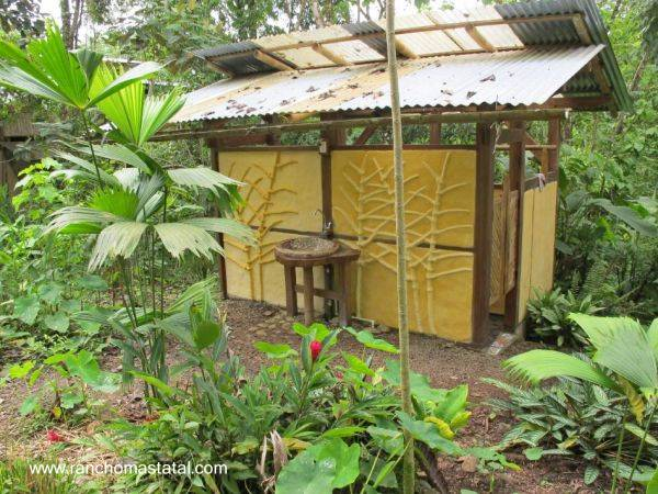 Construcción en la selva para sanitarios