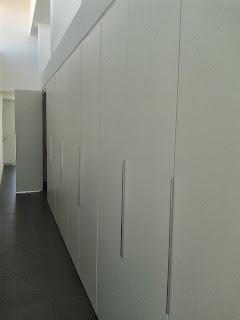 Puertas suspendidas y plegables para acceder al cuarto de limpieza