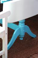 Turkis fargen på understellet av bordet.