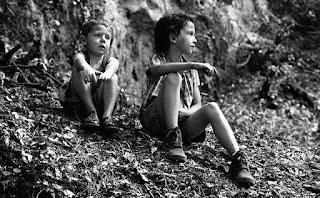 Portrait en pied de Matys et Lilo qui attendent à leurs places, assis, entre deux prises.