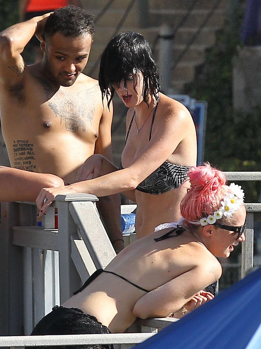 ... Bottom Wardrobe Malfunction Exposing Her Bare Ass - Asian Downblouse: downblouse.over-blog.com/2012/08/katy-perry-bikini-bottom-wardrobe...