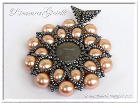 Ciondolo Leia con cabochon incastonato al peyote e decorazione con perle 8 mm e rocailles 15/0