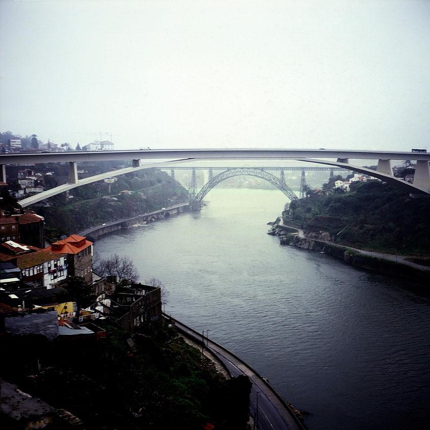 Paisagem do rio com duas pontes em primeiro plano - Ponte do Infante e Ponte de Dona Maria, com neblina matinal.