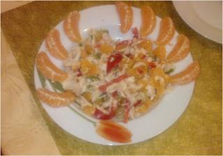 Tropikalna sałatka z rybą wędzoną i mandarynkami