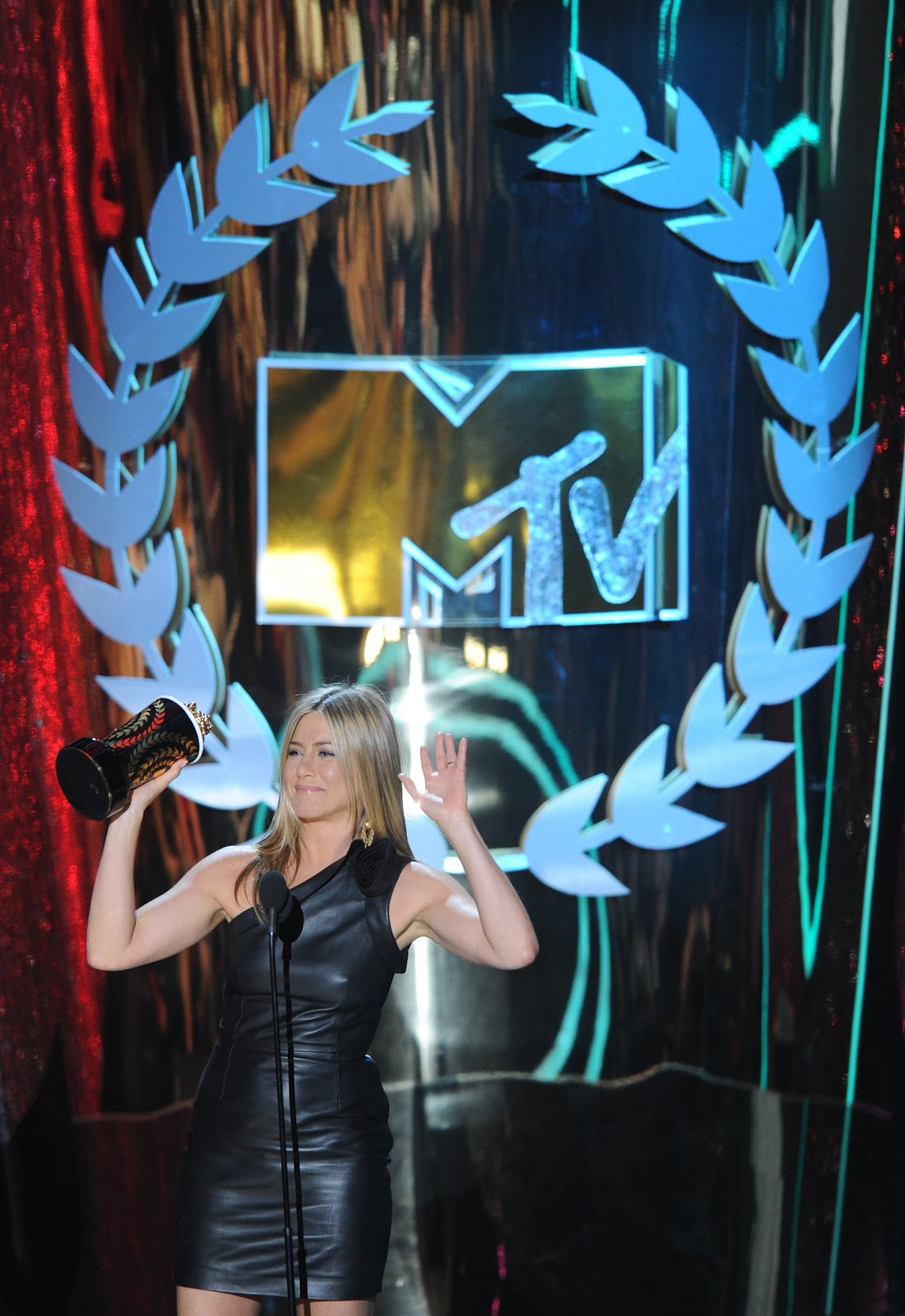 http://2.bp.blogspot.com/-plukn5ZM40g/T8yBlej-AcI/AAAAAAAAPf0/X9rdm4RBXW4/s1600/Jennifer+Aniston+at+the+2012+MTV+Movie+Awards.jpg