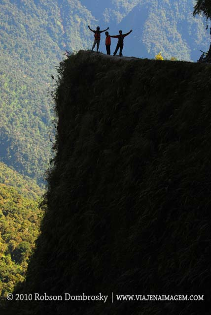 descendo de bicicleta a estrada da morte na bolívia
