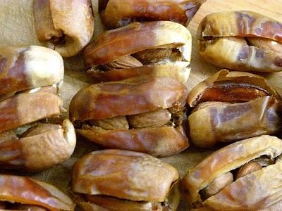Datteln mit Mandeln füllen - Ägyptische Rezepte Datteln
