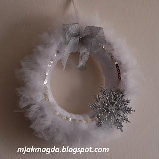 tiul, tiulowy, z tiulu, wianek, wianuszek, ozdobny, ozdoba, zawieszka, śnieżynka, śnieg, srebro, srebrny, biel, biały, gwiazdka, gwiazdka, kokarda, hand made, święta, Boże Narodzenia,
