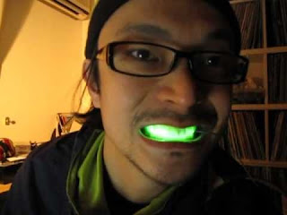 Gigi Dengan Lampu LED