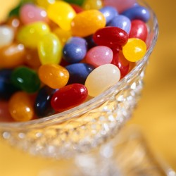 petits bonbons colorés dans un verre en cristal