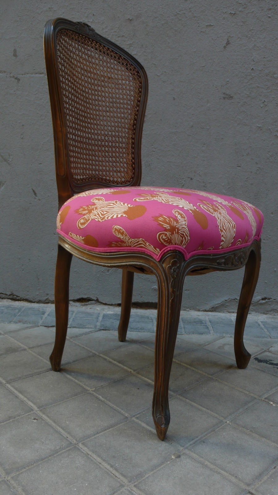 Silla luis xv de rejilla tapizada con tela de cabezas de for Telas para tapizar sillas comedor