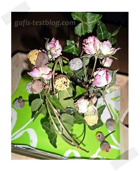Herbstliche Blumendeko und bunten Eicheln
