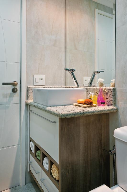 House -> Armario De Banheiro Planejado Com Cesto De Roupa