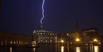 Un rayo cae sobre el Vaticano