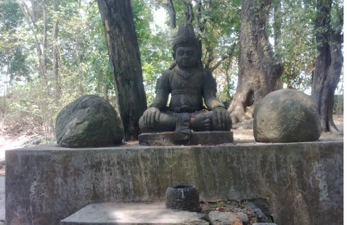 Patung Budha bertapa di bawah pohon trembesi dan pohon Bodi di Ndangkrong tasikmadu