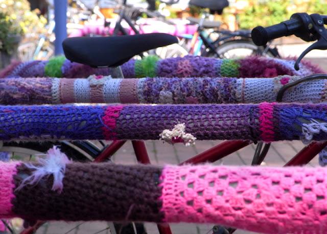 Fahrräder Räder in Nordstadt vor der Bibliothek angebunden / angeschlossen