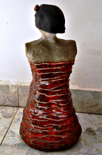 אישה באדום קרמיקה