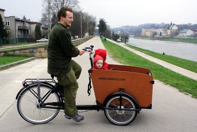 dzieci w skrzyni roweru bakfiets