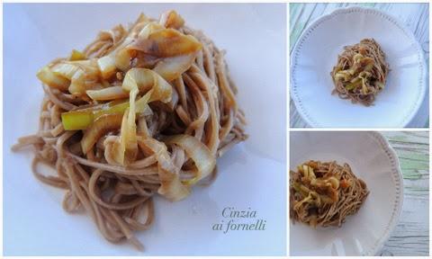 noodles di grano saraceno con porri