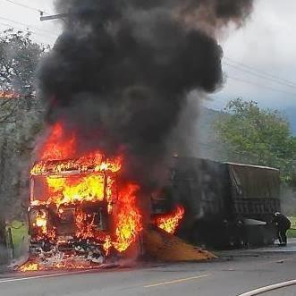 Vídeo mostra caminhão pegando fogo