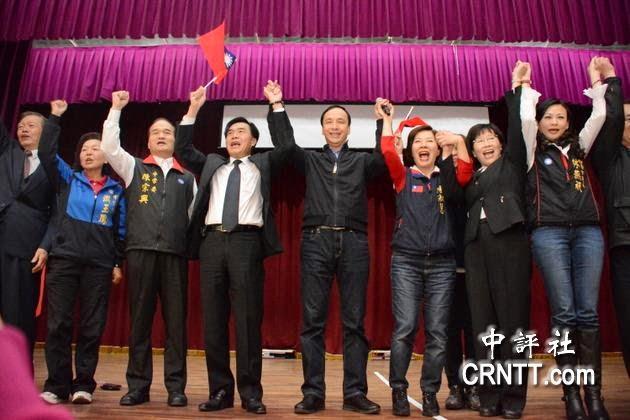 新北市長朱立倫昨天到台南市參加國民黨主席補選說明會時,和涉賄被檢方提起當選無效之訴的台南市議會議長李全教互動熱絡,兩人數度拉手為黨及彼此打氣,還與眾人合唱「你是我的兄弟」。