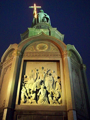 Памятник Владимиру Крестителю ночью