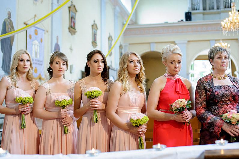 balintos rožinės spalvos pamergių suknelės