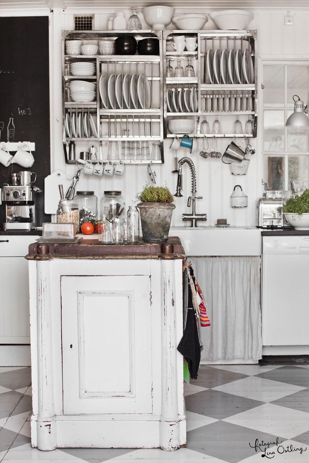Eklektyczna kuchnia, biała kuchnia, rustykalna kuchnia, białe meble kuchenne, otwarte półki na talerze