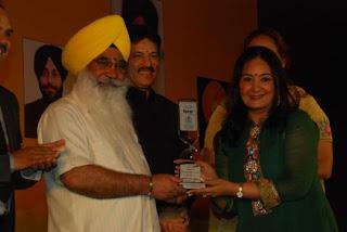 S Sewa Singh  Sekhnwan awarding Jaspinder Narula