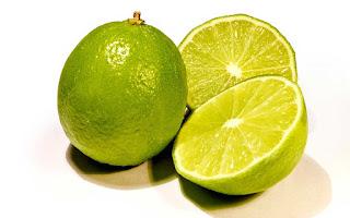 Jeruk nipis dan garam dapat memutihkan gigi yang kuning