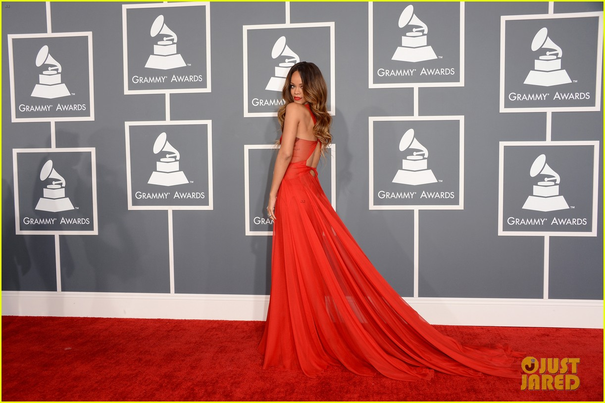http://2.bp.blogspot.com/-puD_f_h_w2g/URhx1esG-_I/AAAAAAAAHWk/JaTQ_kc5wkk/s1600/rihanna-grammys-2013-red-carpet-03.jpg