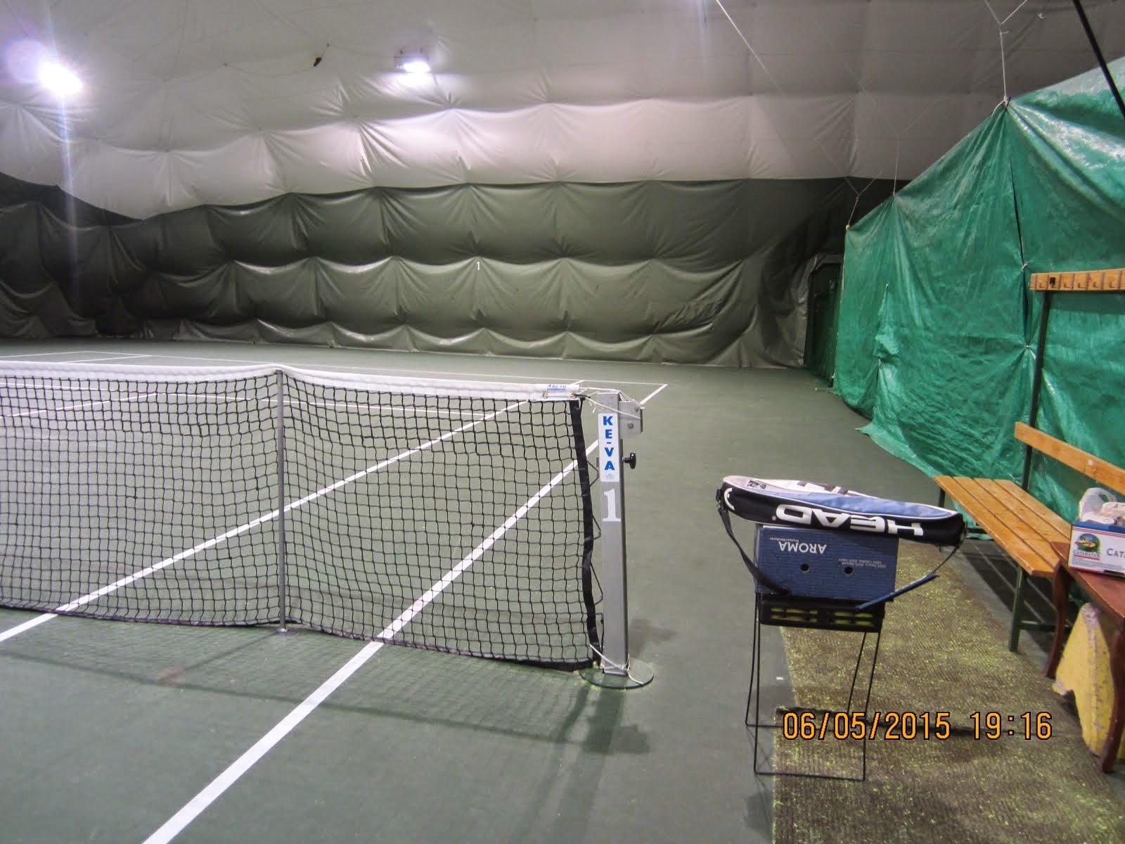Tenniksen alkeiskurssit Hervannan tennishallissa talviaikaan. Muulloin Sääksjärven kentällä sop muk