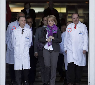 La Presidenta Esperanza Aguirre saliendo del Hospital Clnico Universitario San Carlos acompaada del cirujano que la intervino (a su izquierda) y otros mdicos, con batas del Insalud