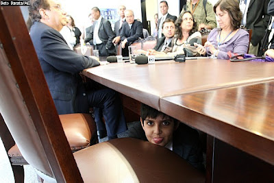 Filho de Jader Barbalho em baixo da mesa